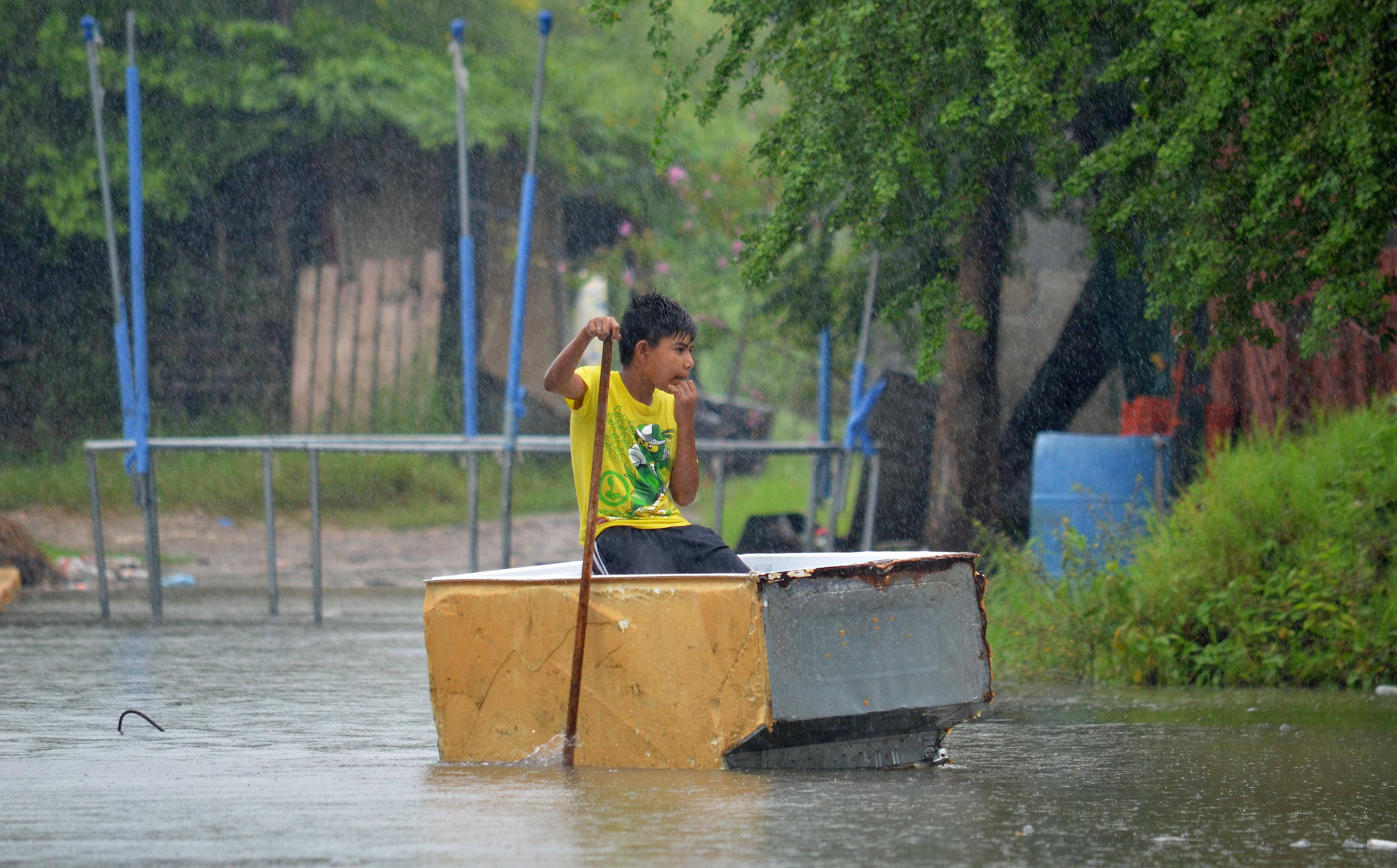 MEX75 TAMPICO (MÉXICO), 07/09/2017.- Un niño se traslada en una caja de plástico por una calle inundada hoy, jueves 7 de septiembre de 2017, en Tamaulipas (México). El huracán Katia, de categoría 1, está estacionario sobre el Golfo de México pero su amplia circulación favorece temporal de lluvias en el oriente, centro y sureste del territorio mexicano, informó hoy el Servicio Meteorológico Nacional (SMN), que prevé que el meteoro llegue a categoría 2 el viernes. EFE/Priciliano Jiménez