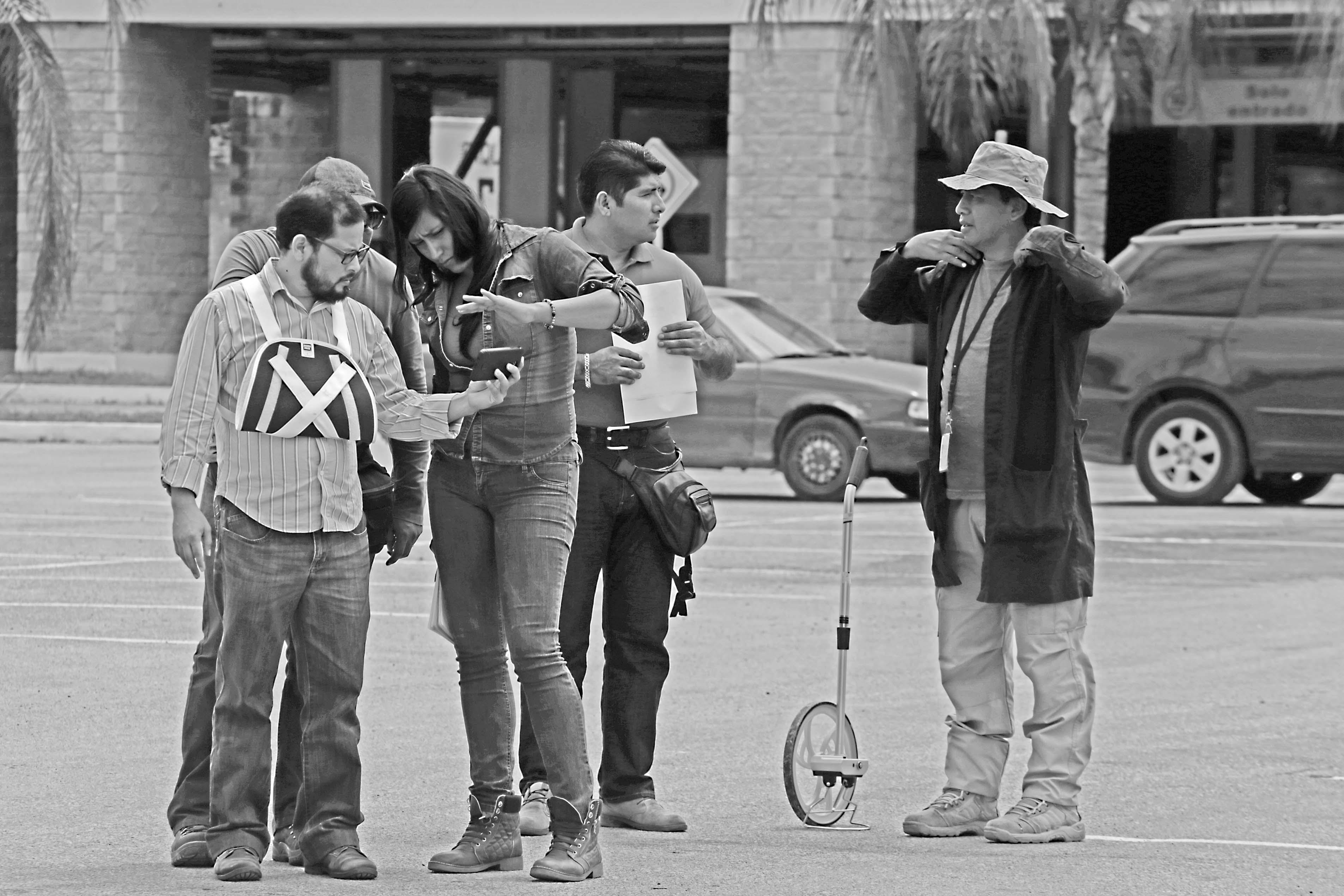 jnt-Alejandro-Guerrero-reconstruccion-ataque-corresponsal-Sur.jpg: Iguala, Guerrero 6 de septiembre del 2017//El corresponsal del Sur, Alejandro Guerrero, muestra a los peritos de la PGR,  el lugar de la agresión en el estacionamiento de la Plaza Tamarindos, donde realizaron la reconstrucción del ataque donde fue embestido por un automóvil. Foto: Jessica Torres Barrera