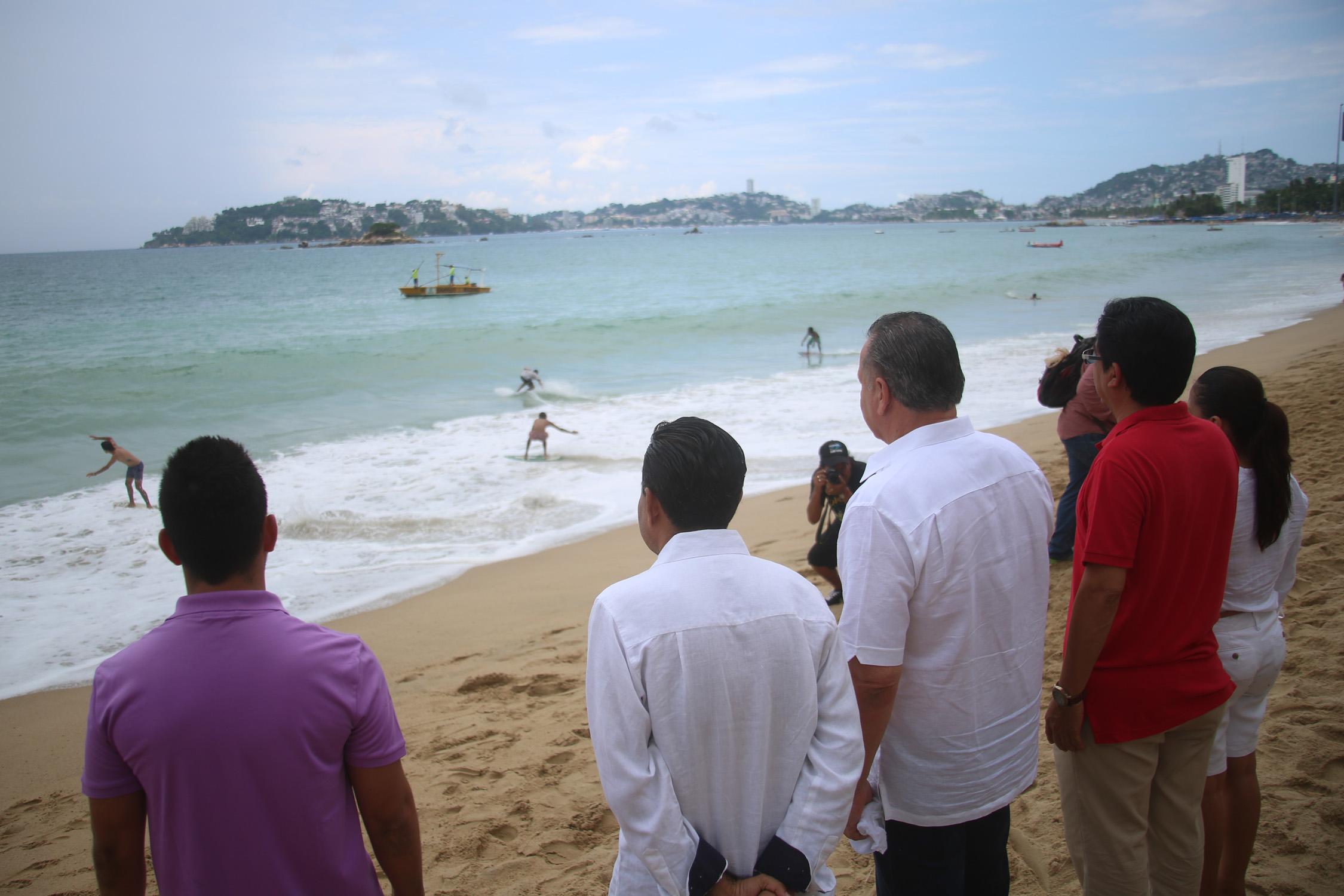 Acapulco,Gro/09septiembre2017/El secretario de Turismo, Ernesto Rodríguez al inaugurar el torneo  Acaskim 2017, en la playa Bocana en Acapulco . Foto: Jesús Trigo