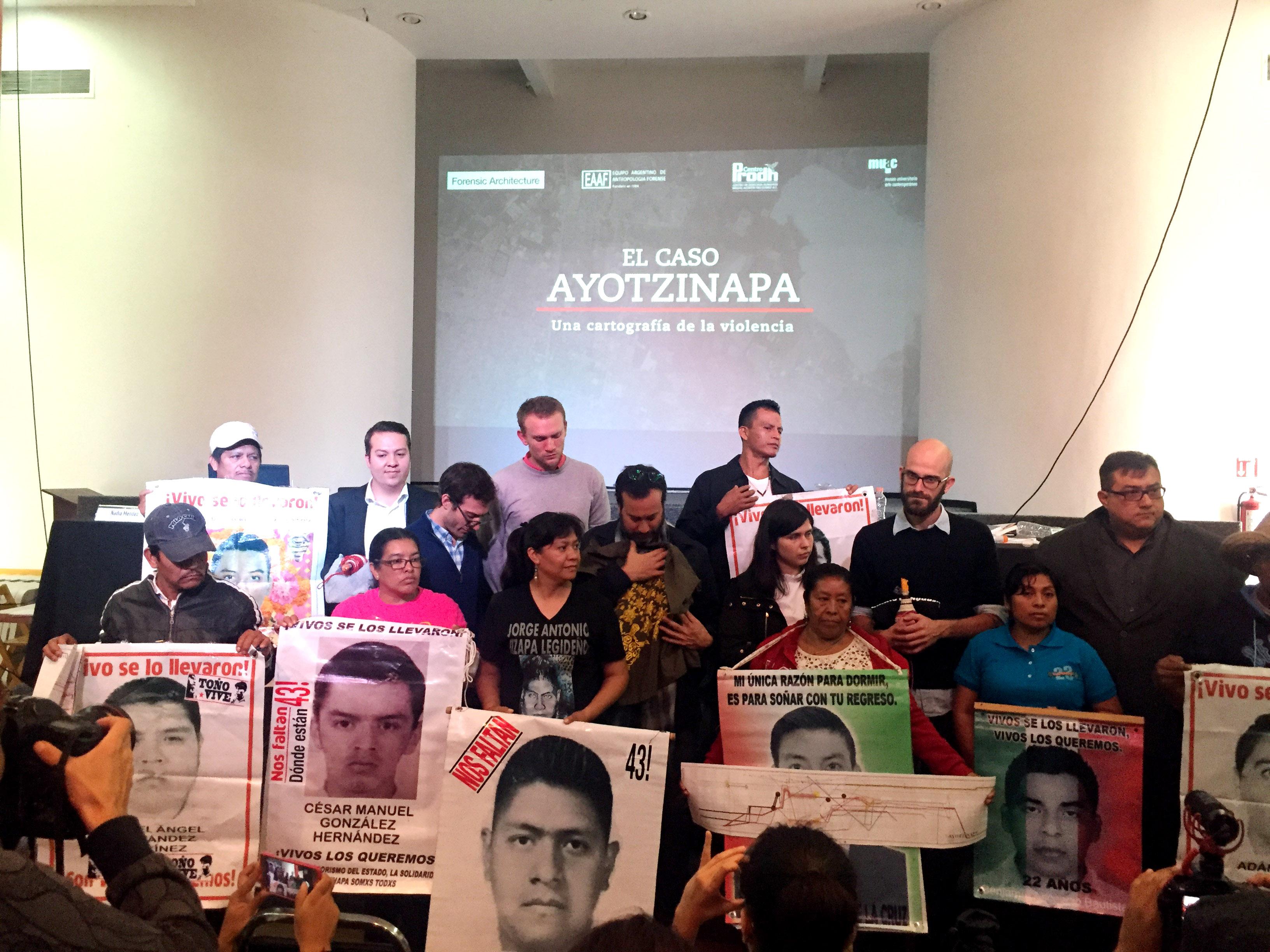 s-padres-43-arquitectura-forense-presenta-plataforma-digital-colavoraciones-externas.jpg: CDMX. 07septiembre2017. / Arquitectura Forense reafirma que fue un crimen de estado la desaparición forzada de los 43 normalistas de Ayotzinapa. Presentan plataforma digital donde pueden colaborar investigadores externos a la investigación del caso. Abogados lamentan que la investigación sea ciudadana, porque la PGR a tres años no ha dado avances a la investigación. Foto: El Sur.