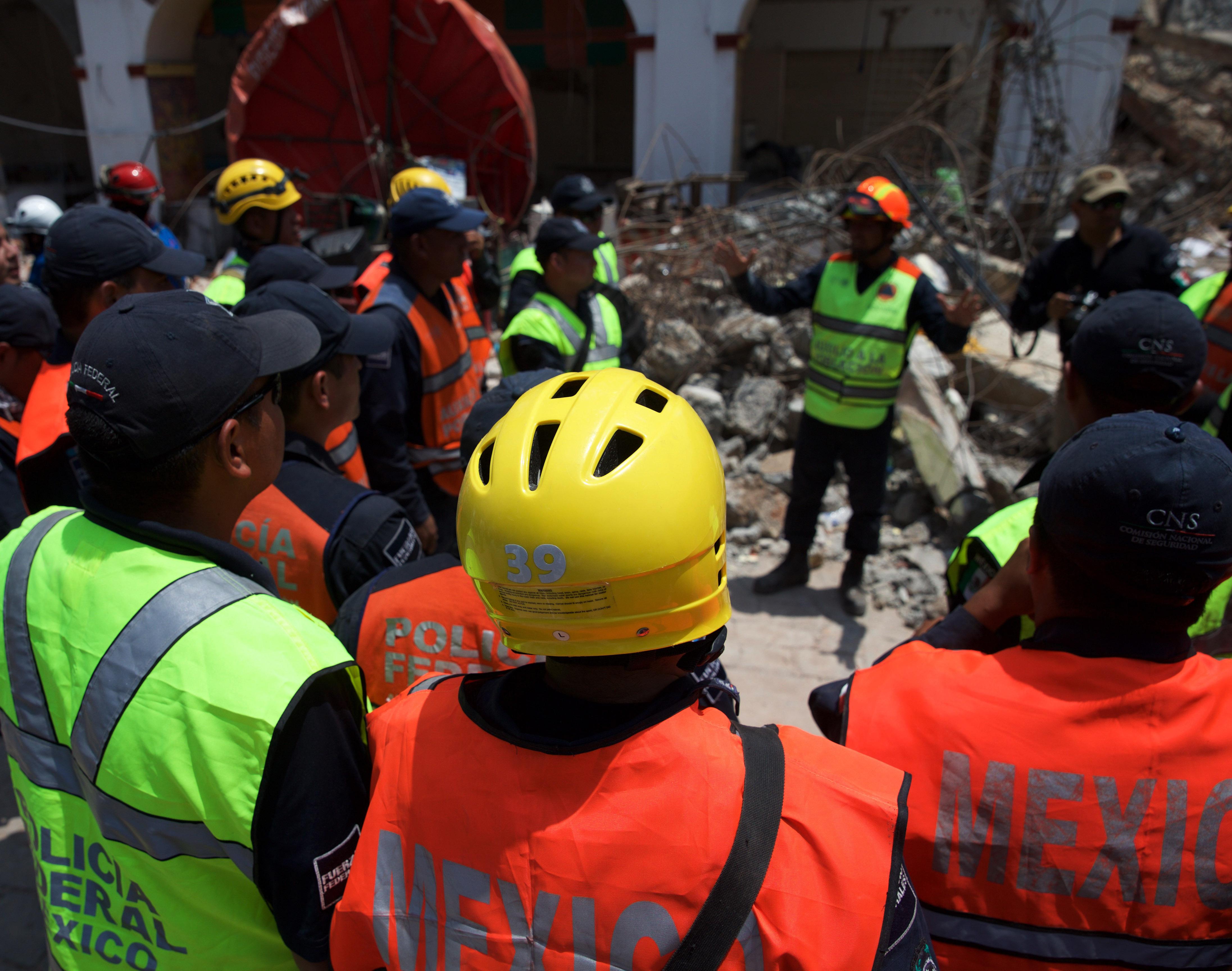 (170910) -- OAXACA, septiembre 10, 2017 (Xinhua) -- Imagen del 9 de septiembre de 2017, de rescatistas esperando para entrar en una zona de búsqueda después de un sismo, en Juchitán, en el estado de Oaxaca, México. A 90 subió el número de muertos por el terremoto de 8.2 grados Richter que cimbró el centro y sur de México el 7 de septiembre, informaron el sábado autoridades federales. (Xinhua/Dan Hang) (fnc)