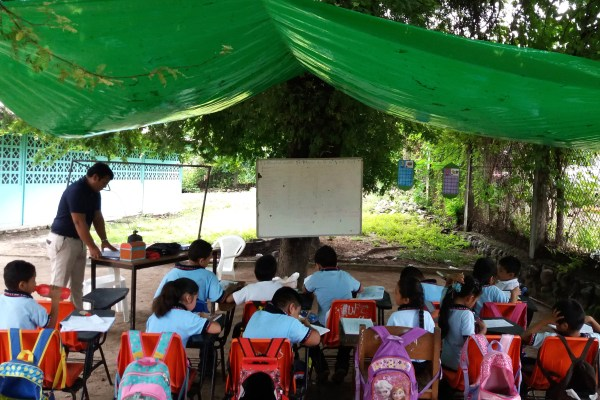 Alumnos de la primaria Silvestre Castro, en El Ciruelar, municipio de Atoyac toman clases afuera de los salones afectados por los sismos de septiembre. Foto: Francisco Magaña.