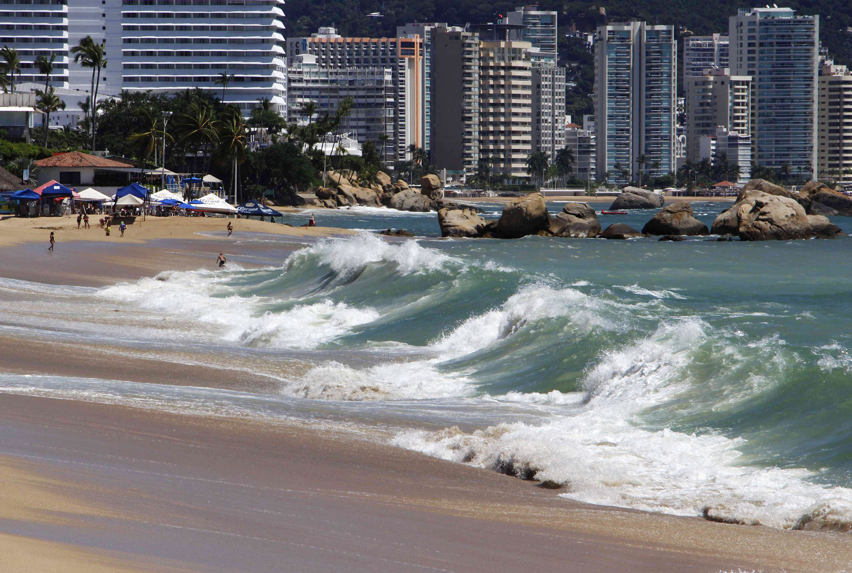 Sin bañistas la playa El Morro, debido al fuerte oleaje en las playas de Acapulco. Foto: Carlos Alberto Carbajal