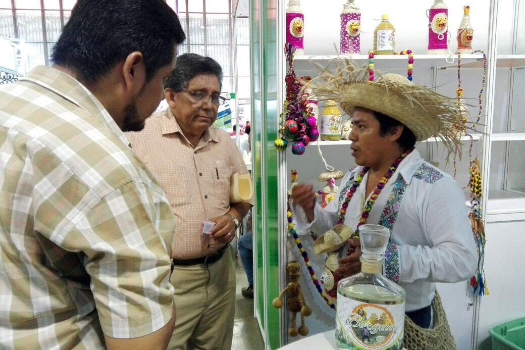 Acapulco,Gro/20octubre2017/  El productor de mezcales Borgua, Heladio Borgua explica a sus asistentes  la calidad del producto, durante  la semana Guerrerense del Emprendedor en el Centro de Convenciones Acapulco. Karla Galarse.