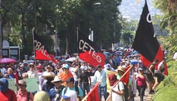 Maestros de la Coordinadora Estatal de Trabajadores de la Educación en Guerrero (CETEG) marchan en la avista Costera de Acapulco para rechazar la reforma educativa. Foto: Carlos Alberto Carbajal