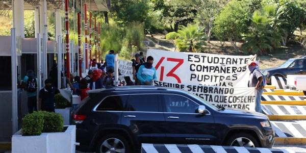 Estudiantes de la Normal Rural de Ayotzinapa junto a padres de los 43 normalistas desaparecidos pidieron cooperación voluntaria a los automovilistas. Foto: Jesús Eduardo Guerrero