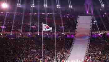 El desfile conjunto de los dos países, partidos desde 1945 y técnicamente aún en guerra, fue el gran epicentro de la ceremonia y desató una sonora ovación de los 35 mil espectadores que llenaron el estadio olímpico del condado surcoreano de PyeongChang