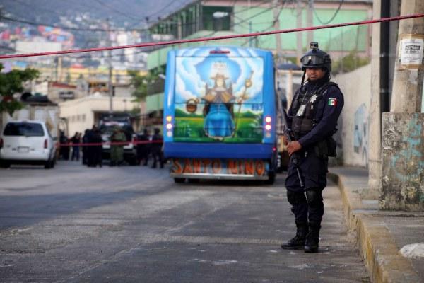 Un policía estatal resguarda el camión urbano en cuyo interior fue degollado un hombre, en la calle José Valdez Arévalo de la colonia Centro de Acapulco. Foto: Carlos Alberto Carbajal.