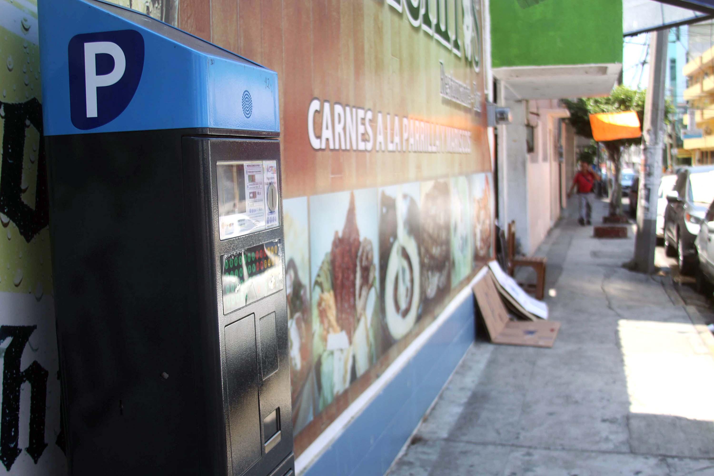Acapulco,Gro/13marzo2018/ Un parquímetro electrónico instalado junto ala pared de  un local, en la  calle colón en Acapulco. . Foto: Jesús Trigo