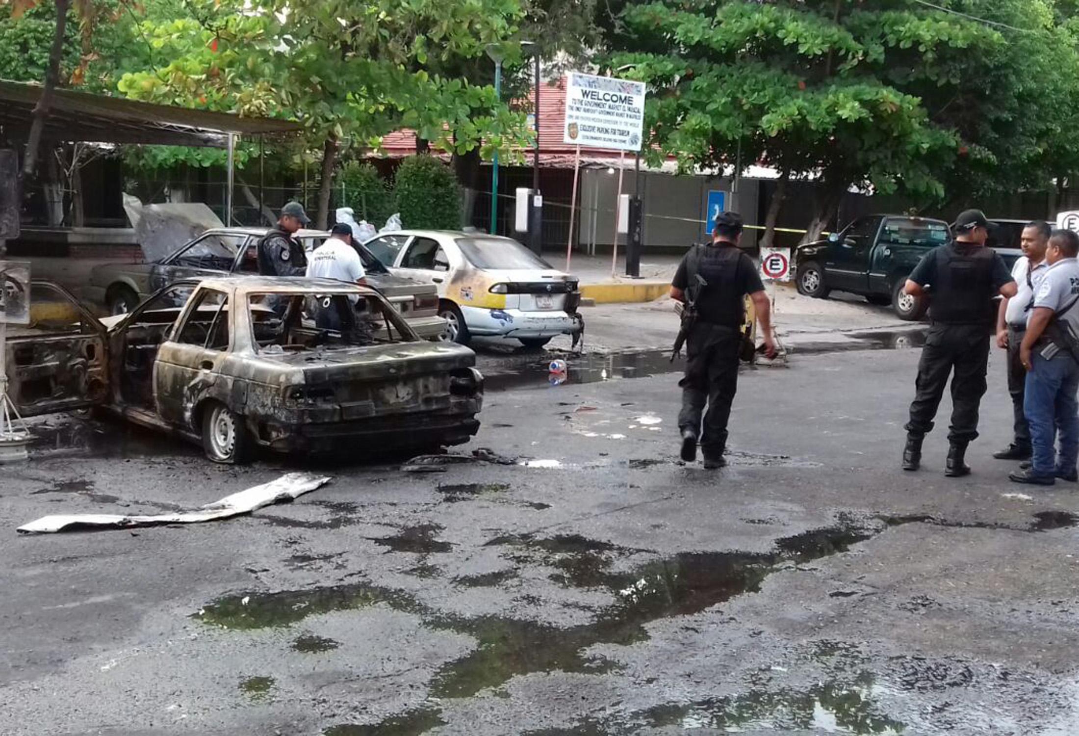 s-autos-quemados-Parazal.jpg//Acapulco Gro. 11 de marzo de 2018//Tres automóviles, dos de ellos del transporte público, fueron quemados en pleno centro de la ciudad. El incendio fue reportado minutos antes de las 6 de la tarde, en la calle Morteros, en las inmediaciones del mercado Parazal. Foto: El Sur.