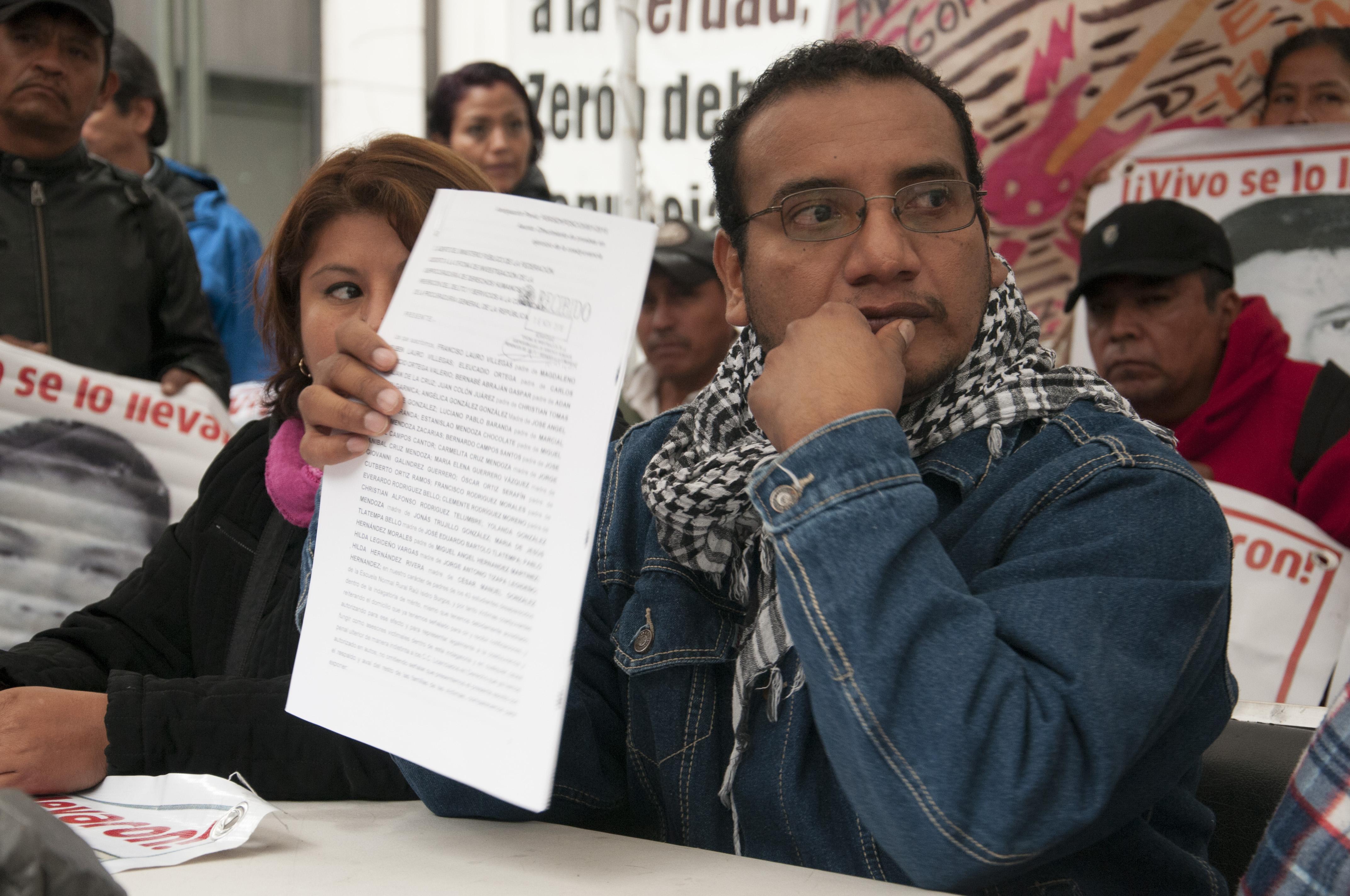 """CIUDAD DE MÉXICO, 16NOVIEMBRE2016.- Vidulfo Rosales, representante legal del caso Ayotzinapa y padres de los 43 estudiantes desaparecidos de la Normal Rural """"Raúl IsIdro Burgos"""", presentaron una petición formal ante la Procuraduria General de la República (PGR) para pedir que investigue al jefe de la Agencia de Investigación Criminal (AIC), Omar Hamid García Harbuch, a quien ellos señalan que tiene supuestos vículos con el grupo delictivo """"Guerrero Unidos"""".  FOTO: PAULINA NEGRETE /CUARTOSCURO.COM"""