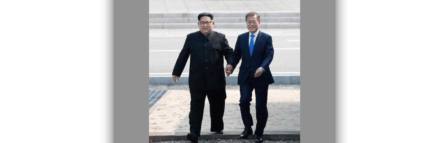 El presidente surcoreano, Moon Jae-in (d), y el líder del Norte, Kim Jong-un (i), caminan tomados de la mano en la línea de demarcación militar (MDL), durante una ceremonia de bienvenida en el lado sur de la frontera militarizada que separa a ambos países. EFE