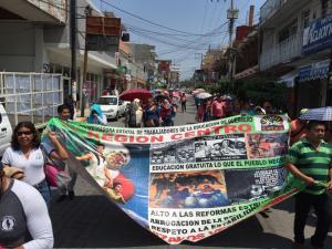 Maestros disidentes de la Coordinadora Estatal de los Trabajadores de la Educación en Guerrero (CETEG), que encabeza Antonia Morales Vélez, marcharon y protestaron en el Congreso local, para exigir la derogación de la reforma educativa, así como para conmemorar los 100 años de la celebración del Día del Maestro. Foto: Eric Chavelas Hernández