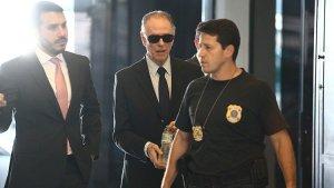 El presidente del Comite Olimpico de Brasil, Carlos Arthur Nuzman (c), tras ser detenido por la policia federal brasileña y quien permanece en prision domiciliaria acusado de participar en la compra de votos para la adjudicacion de los olimpicos de Rio de Janeiro.