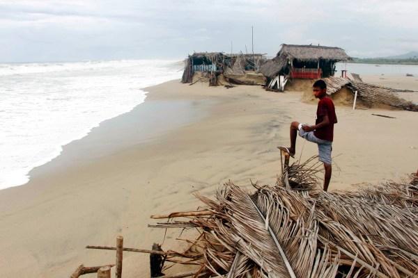 """Un joven observa las afectaciones que el huracán """"Bud"""" dejó en la comunidad de Barra de Coyuca, donde destruyó 38 restaurantes. Foto: Carlos Alberto Carbajal"""