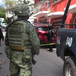Policías estatales y militares en la zona donde un hombre fue ejecutado a balazos dentro del restaurante La Campirana, ubicado en el callejón La Rosa y la avenida Juan Ruiz de Alarcón, en el barrio de Tequicorral, en Chilpancingo. Foto: Jessica Torres Barrera