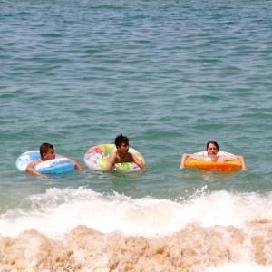 Bañistas se refrescan del intenso calor en la playa La Gamba. Foto: Carlos Alberto Carbajal