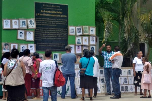 Familiares de desaparecidos de la época de terrorismo de Estado en Atoyac, en la exposición de fotografías de desaparecidos el Día Internacional de Detenido-Desaparecido, en la placa del Perdón en Atoyac. Foto: Francisco Magaña