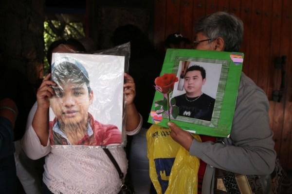 Madres muestran fotos de sus hijos desparecidos, durante la conferencia de prensa donde denunciaron que el gobernador, Héctor Astudillo Flores, no los incluyó en la reunión sobre las 700 pruebas de ADN para la identificación de cuerpos en los semefos. Foto: Jessica Torres Barrera