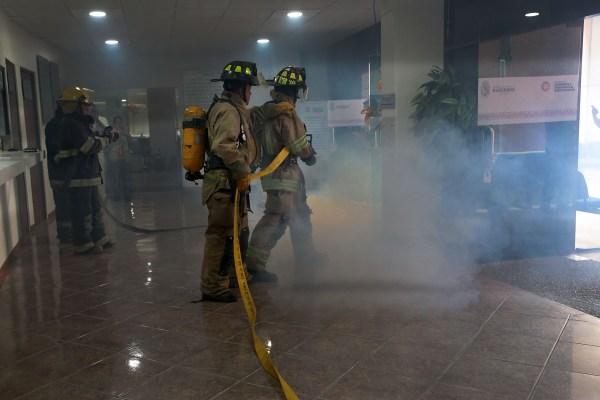 Bomberos en Palacio de Gobierno donde se simuló que hubo ocho lesionados que se encontraban en diferentes oficinas, los cuales fueron rescatados y atendidos. Foto: Jessica Torres Barrera