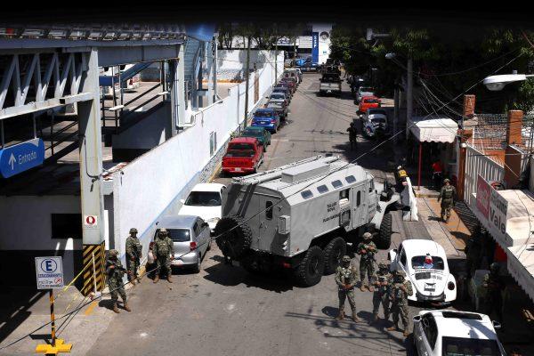 Soldados de la Marina bloquean el paso a las instalaciones de la Secretaría de Seguridad Pública de Acapulco en la calle Cerrada de Caminos de la colonia Progreso, en una operación para tomar el control de las instalaciones. Foto: Carlos Alberto Carbajal
