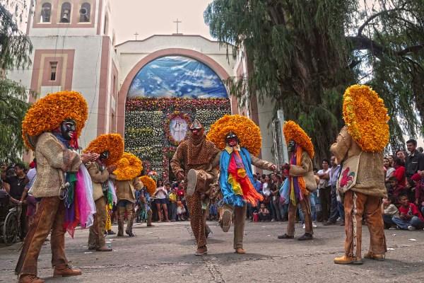 Tlacololeros bailan en el atrio de la iglesia del barrio El Santuario, en Tixtla, en los festejos del día de la virgen de la Natividad. Foto: Jessica Torres Barrera