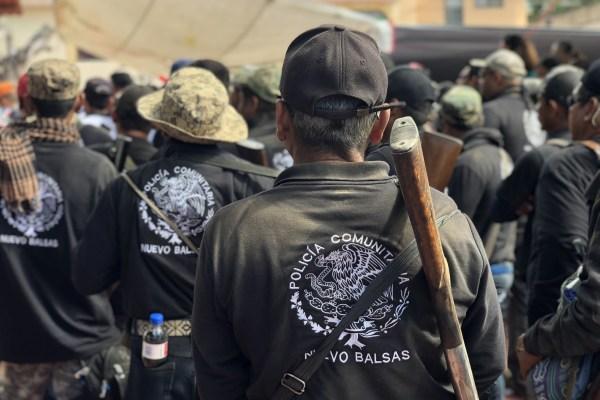 La Policía Comunitaria del Nuevo Balsas, municipio de Cocula, durante el mitin en la plaza central de Apaxtla en la celebración del quinto aniversario de surgimiento del Movimiento Apaxtlense Adrián Castrejón. Foto: Lenin Ocampo Torres