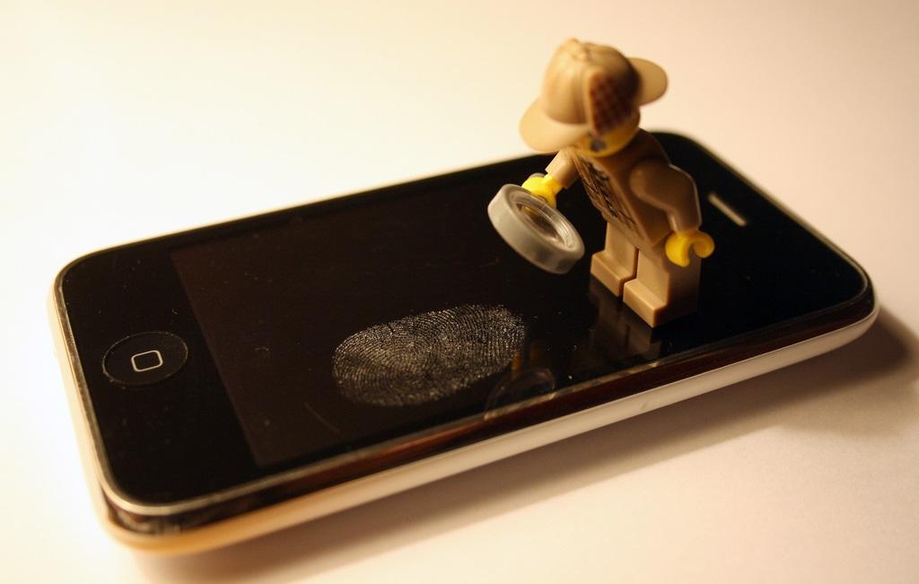 29112018-30/07/2013 IPhone con huella dactilar digital dedo.  Un sistema de Inteligencia Artificial (IA) basado en el aprendizaje automático ha sido capaz de producir una huella maestra que imita las huellas dactilares de una de cada cinco personas, y que puede engañar a los sensores de reconocimiento biométrico de los dispositivos electrónicos.  POLITICA INVESTIGACIÓN Y TECNOLOGÍA ESPAÑA EUROPA CJ ISHERWOOD/FLICKR/CC