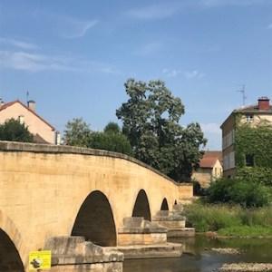 Le pont à l'entrée de Charlieu