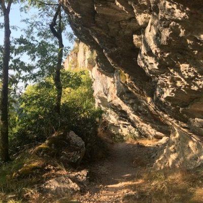 Chemin sous les falaises