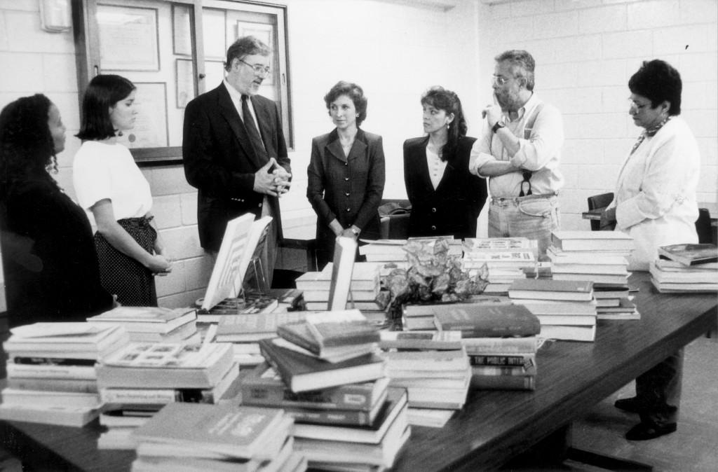 19/06/1996, F6894, Donación de libros a Ciencias de la Comunicación Colectiva, Michael Kautsch, Universidad de Kansas, N4704