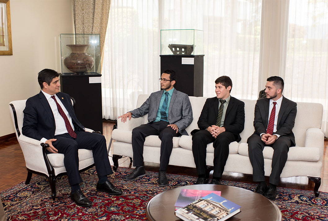 Los estudiantes de la UCR conversaron con el presidente Carlos Alvarado en su despacho en Zapote acerca del proyecto de investigación que desarrollarán en el CERN, en Suiza (foto Karla Richmond).