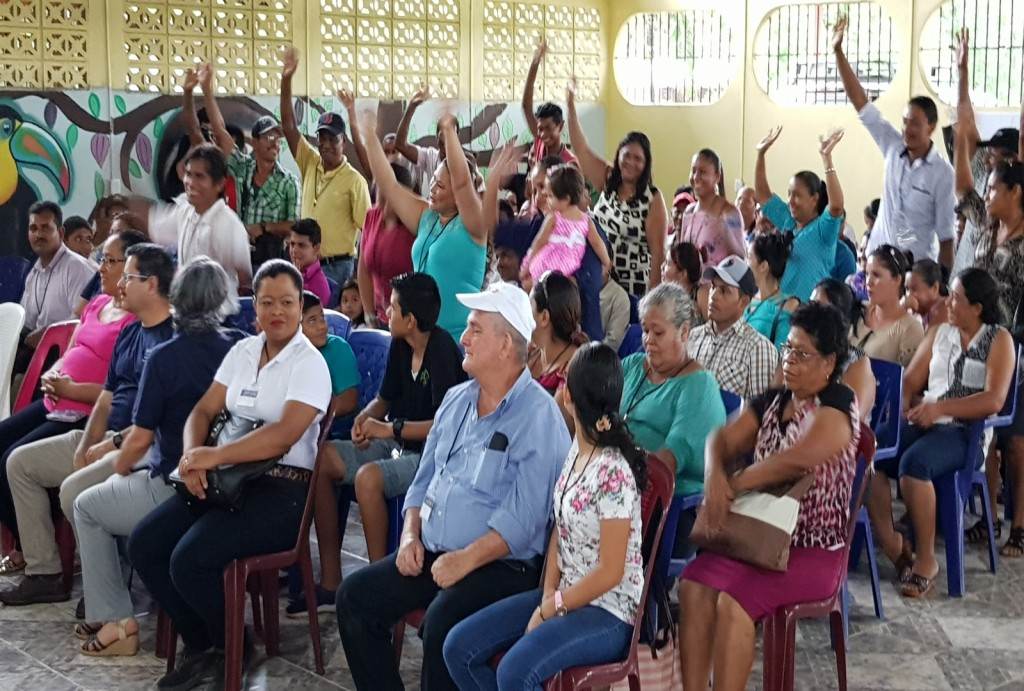 Esta iniciativa de coordinación comunitaria generada por la UCR enfatiza en la participación activa de los pobladores de las 13 comunidades. Son ellos y ellas quienes analizan sus necesidades y quienes proponen las posibles soluciones y el cómo alcanzar el éxito con un trabajo y espíritu de bien común. (fotografía María Peña).