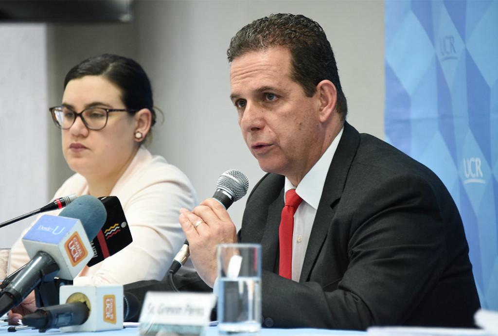 """""""La investigación que se realiza en la Universidad de Costa Rica y particularmente ésta es una investigación que se financia con fondos públicos y por lo tanto estamos en la obligación de brindar resultados a la sociedad costarricense"""", reconoció el Dr. Fernando Santamaría, Vicerrector de Investigación de la UCR."""