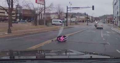 Bebé sale disparado de automóvil y su mamá no se da cuenta