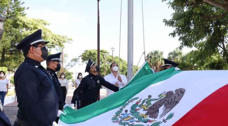 Izamiento por el 211 aniversario de la Independencia de México.
