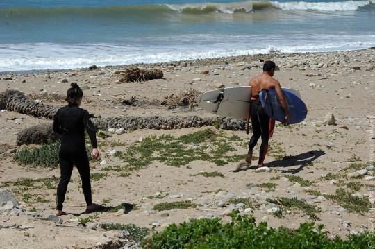 Серферы на пляже в Марокко | Школа серфинга Surf-Burg