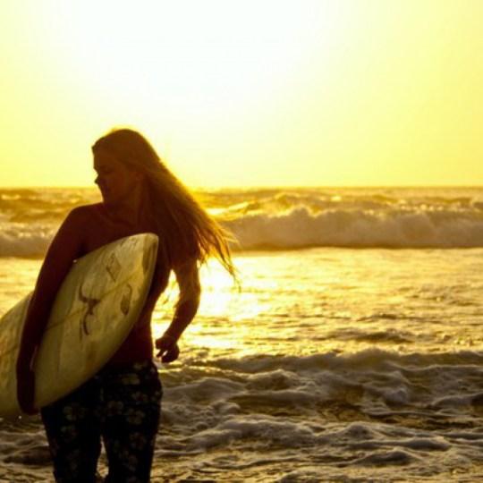 Девушка серфер на закате | Школа серфинга в Марокко Surf-Burg
