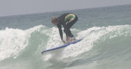 Начинающий серфер пытается удержаться на волне | Школа серфинга в Марокко Surf-Burg