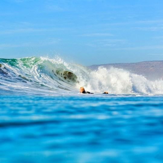 Волна на серф споте Desert point | школа серфинга Surf-Burg