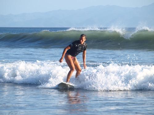 Surfeuse débutante