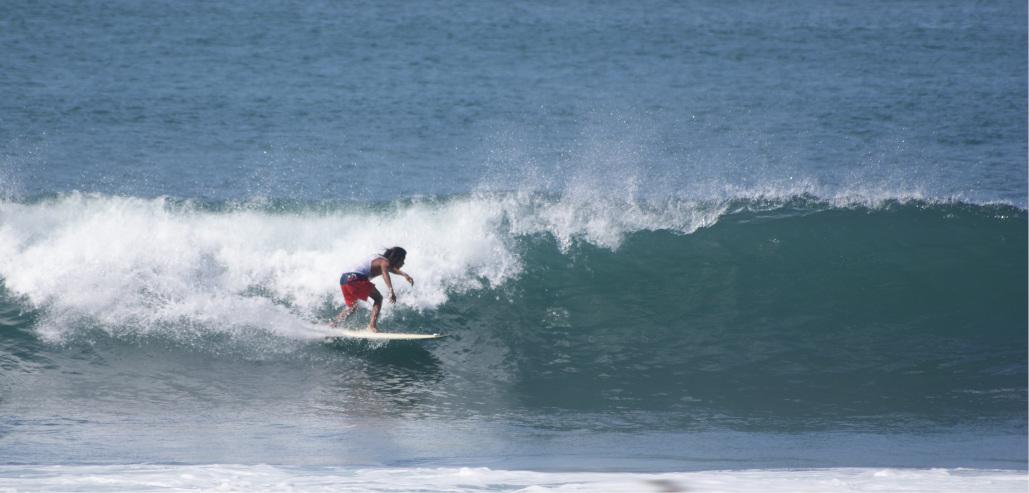 Hendrik surft eine Welle