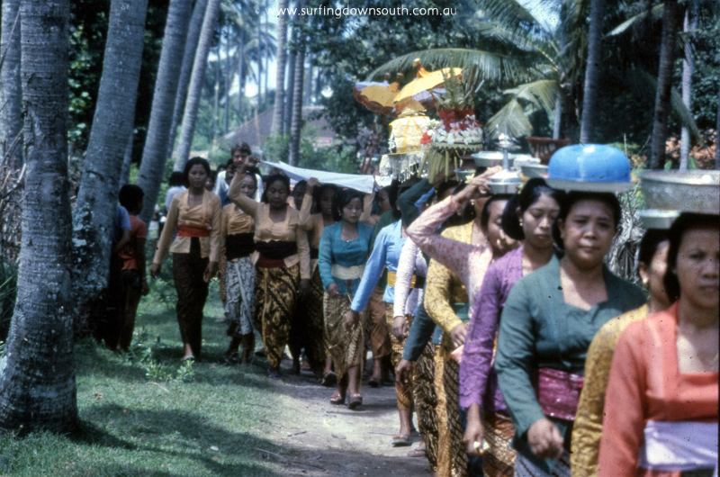 1981-bali-procession-ric-chan-img884