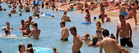 crowds_at_the_water