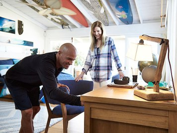 kelly-slater in room with girl