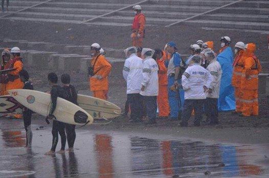 台風19号江の島でサーファー流される