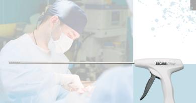 хирург делает операцию и герниостеплер для лечения грыж