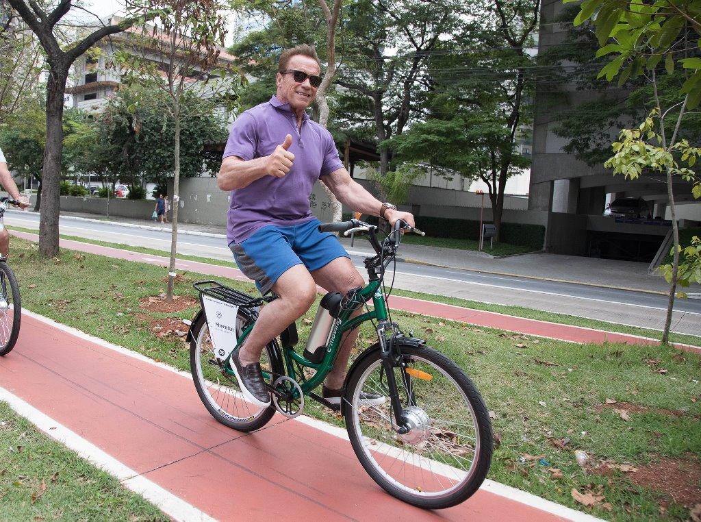 Arnold passeia de bike pela ciclovia da zona sul de São Paulo e conhece parque da cidade