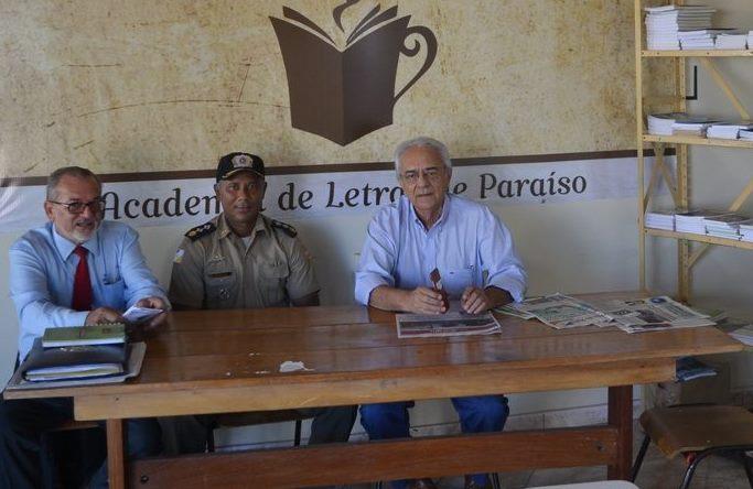 Prefeito e comandante do 8º BPM visitam Academia de Letras de Paraíso