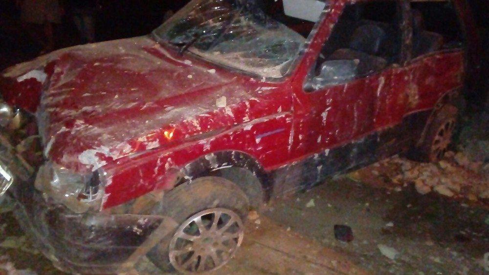 Motorista foge após perder controle de carro e quebrar muro de casa